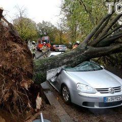 Потужний ураган в Європі перекидав автомобілі на дорогах (відео)