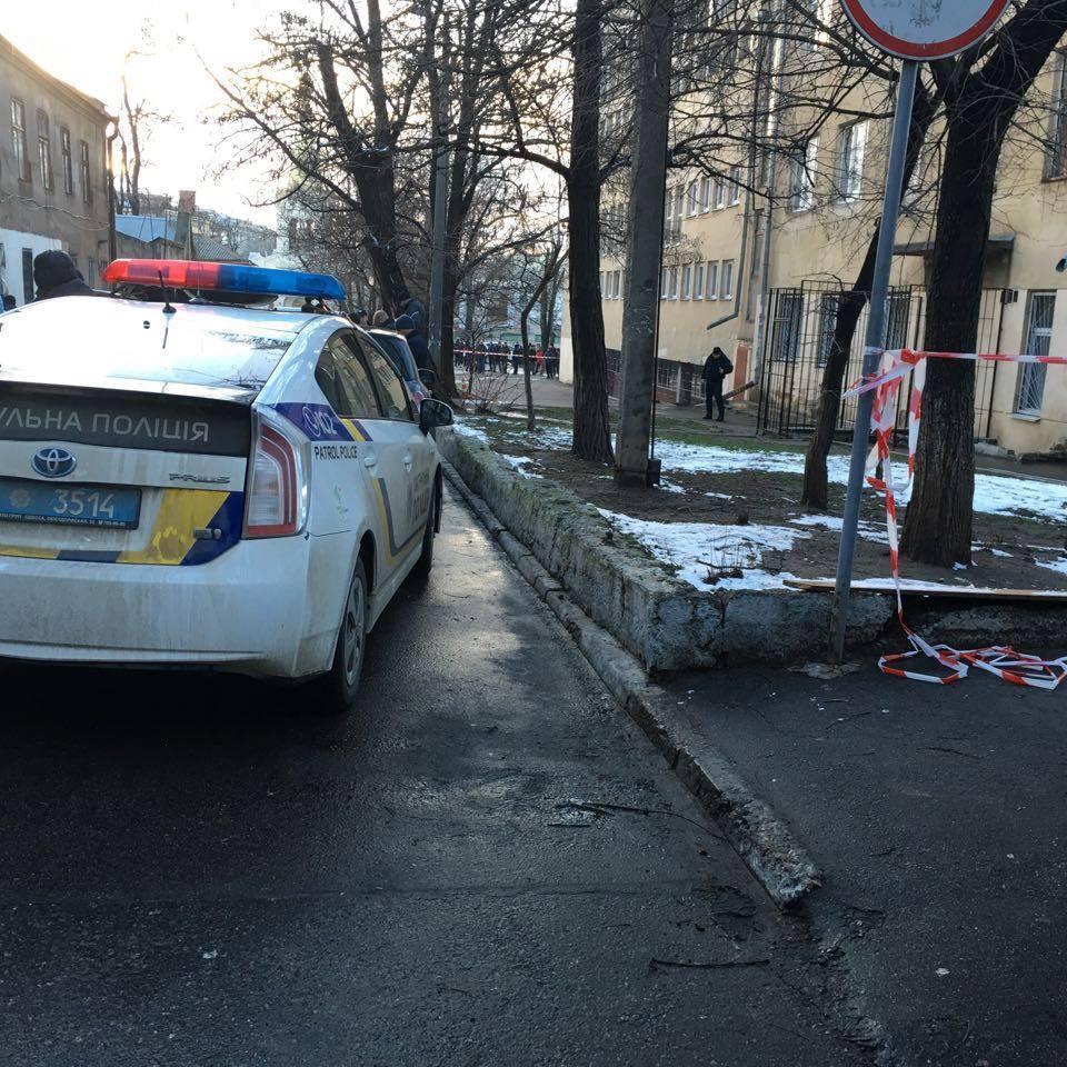 У Вознесенську Миколаївської області оголосили траур за поліцейським, який загинув під час перестрілки в Одесі
