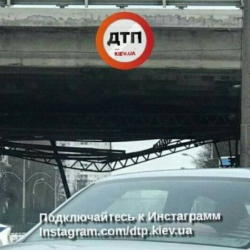 У Києві частково обвалився міст на вулиці Гавела, утворилися затори (фото)