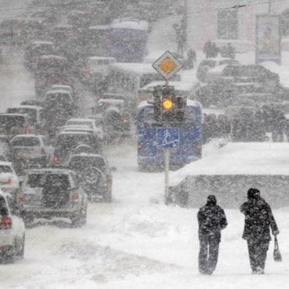 На Херсонщині погіршилась погода: довгі затори, 231 авто витягали зі снігу