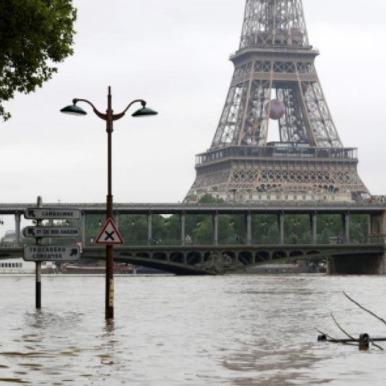 Річка Сена вийшла з берегів та затопила вулиці Парижа