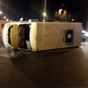 У Львові через п'яного водія перекинулась маршрутка з пасажирами (фото)