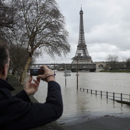 У Парижі через сильну повінь закрилися знамениті музеї та скасовано круїзи Сеною