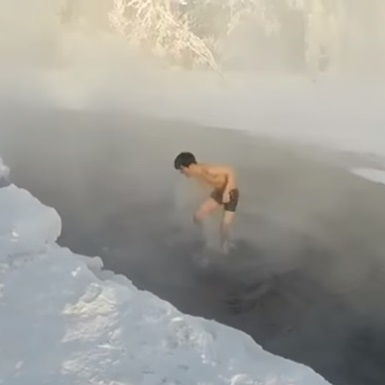Японець занурився у водойму в 60-градусний мороз (відео)