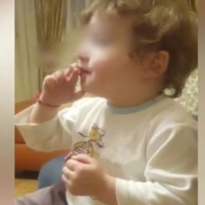Мережу сколихнуло відео, де 2-річна дитина із Росії курить