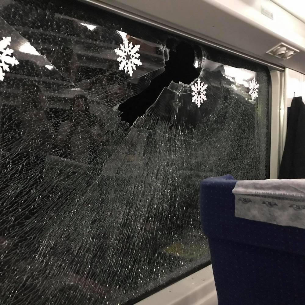 У вікно вагона потяга, в якому їхала Руслана, кинули камінь