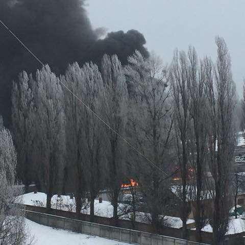 У Києві масштабна ДТП за участю фури: після зіткнення сталася сильна пожежа (фото)