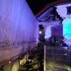 У Польщі українець на вантажівці протаранив житловий будинок