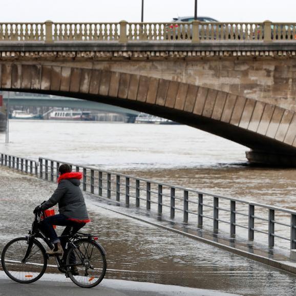 У Парижі затоплені дороги, закриті 7 станцій метро: рівень води в Сені досяг піку