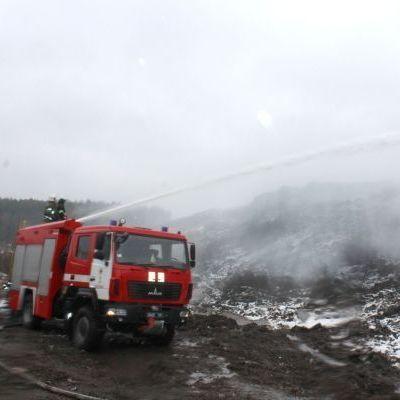На Полтавщині вже другу добу не можуть загасити сміттєзвалище (фото)