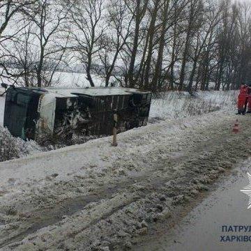 На Харківщині вітер перекинув автобус із пасажирами