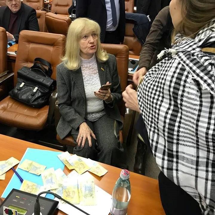 На сесії Запорізької міськради депутатку від «Опоблоку» обсипали гривнями