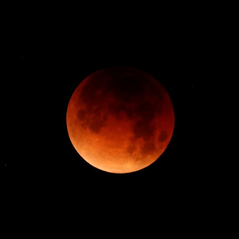 Увесь світ спостерігав за потрійним астрономічним явищем місяця (відео)