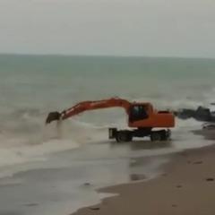 У селищі під Сімферополем екскаватор старанно рив море (відео)