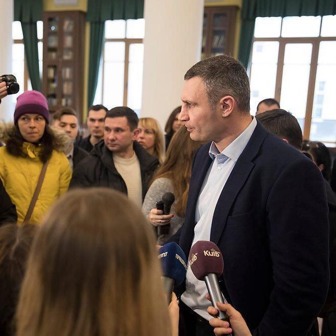 Кличко доручив зупинити роботу заводу «Фанплит», поки проблему зі шкідливими викидами не буде вирішено