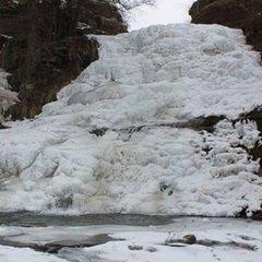 Замерз найбільший рівнинний водоспад України (фото)