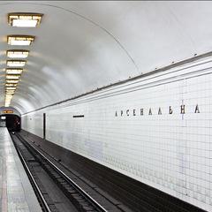 На станції столичного метро «Арсенальна» двоє чоловіків побили поліцейського