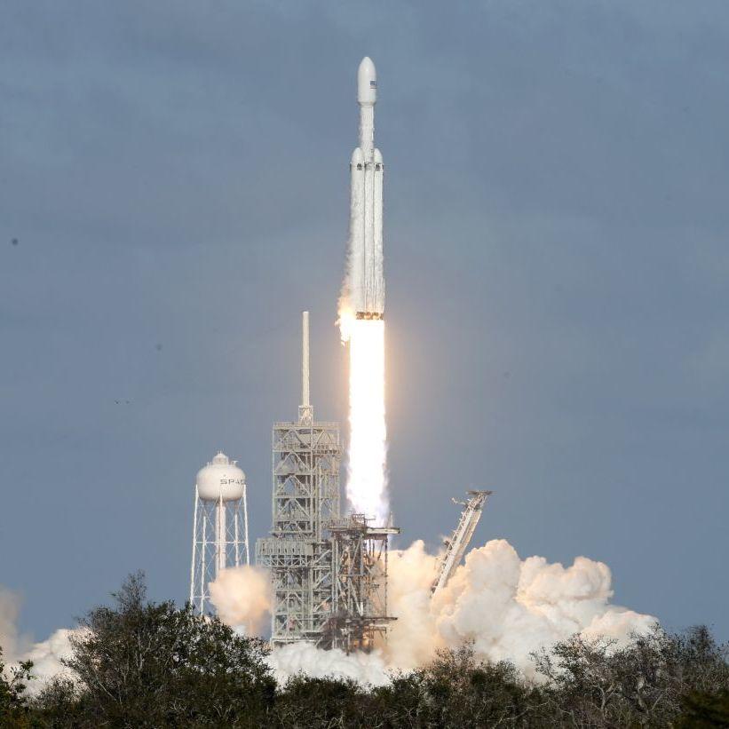 SpaceX уперше запустила ракету-носій Falcon Heavy (відео)