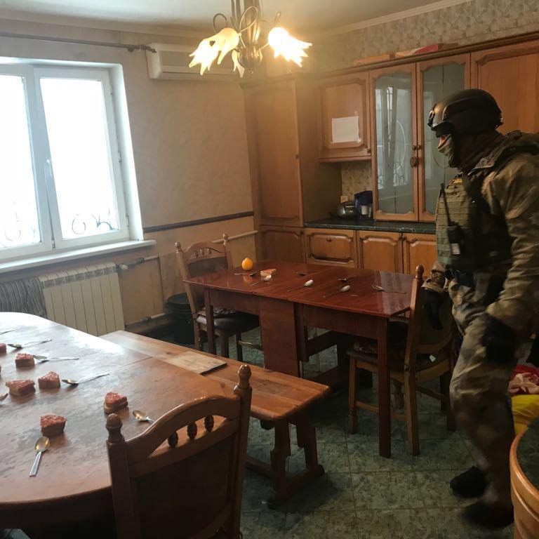 В Одесі незаконно утримували 14 осіб під виглядом лікування від алкоголізму та наркоманії (відео)