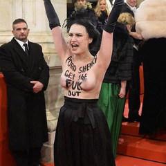 Активістка Femen роздяглася на Віденському балу через приїзд Порошенка (фото, відео)