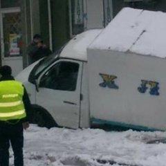 У Києві хлібовоз провалився під асфальт (фото)