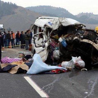 В Туреччині автобус із пасажирами зім'яло, як бляшанку: є загиблі