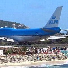 Літак здув туристів в океан (відео)