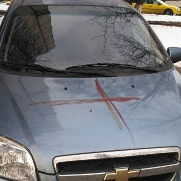 У Києві чоловік кров'ю розфарбував 10 автомобілів та 3 під'їзди (фото)
