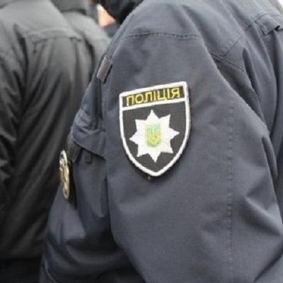 На Київщині чоловік жорстоко побив палицею двох поліцейських, які хотіли вручити виклик до слідчого
