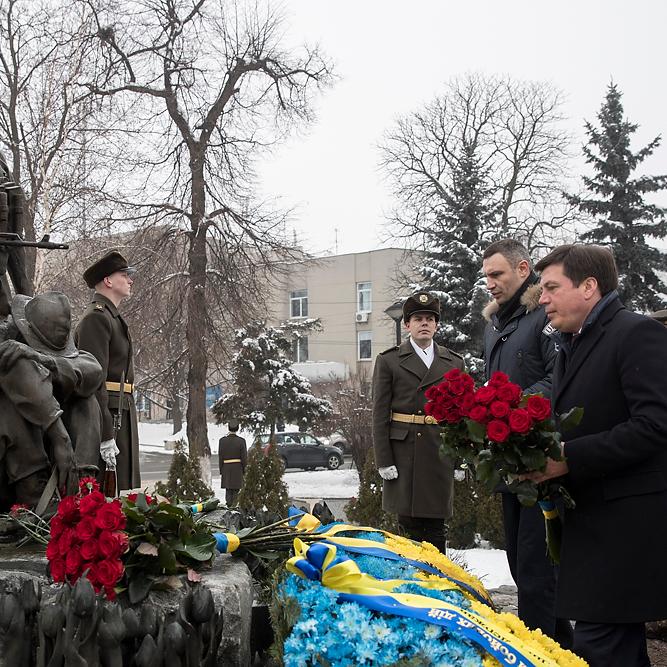 Кличко вшанував пам'ять воїнів-інтернаціоналістів, поклавши квіти до пам'ятника у Києві
