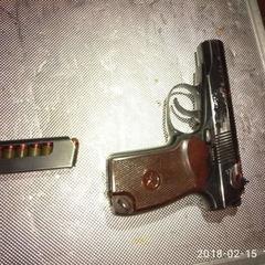 Біля наметового містечка під ВР затримали чоловіка зі зброєю