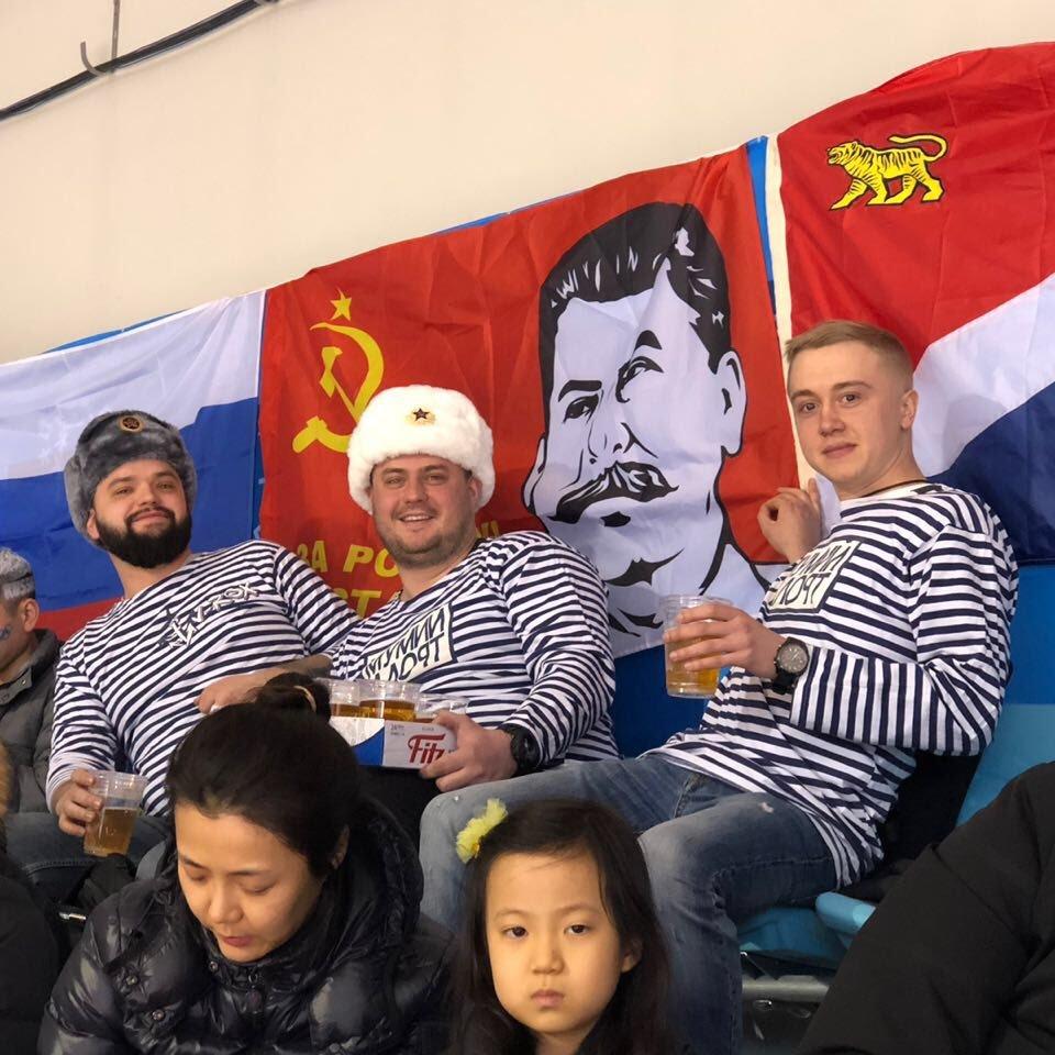 Російські вболівальники принесли прапор зі Сталіним на олімпійський хокей (фото)