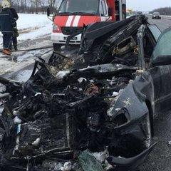 Моторошна ДТП на Харківщині: іномарка влетіла в вантажівку і спалахнула (фото)
