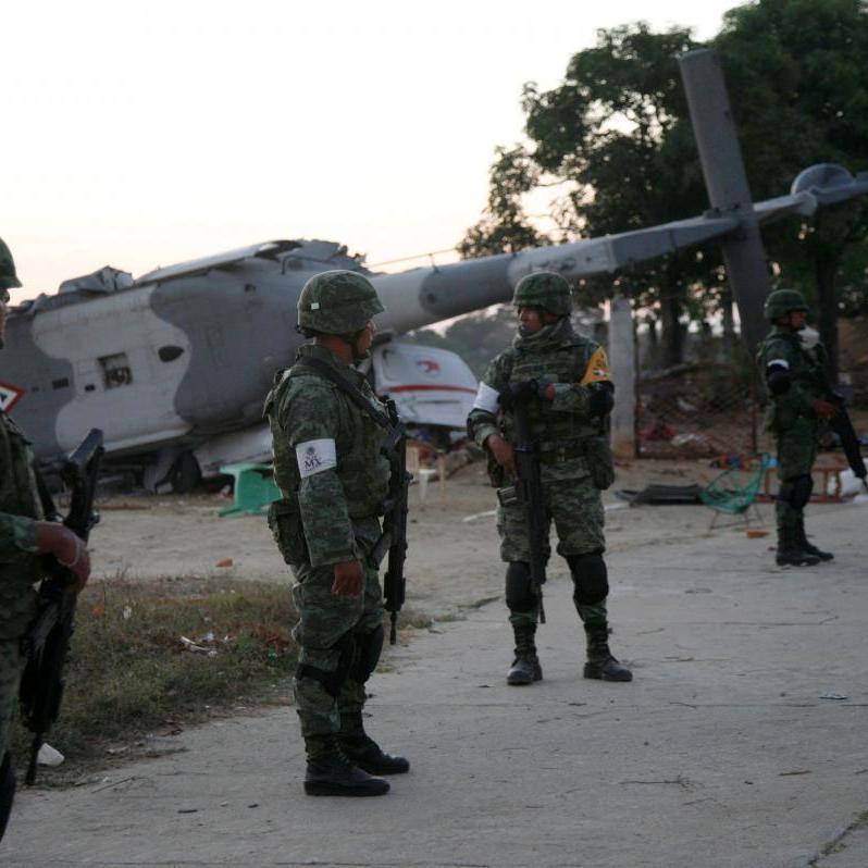 В Мексиці розбився військовий літак із міністром на борту: 13 загиблих