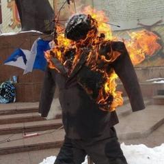 У Чернівцях під час акції на підтримку Саакашвілі спалили опудало Порошенка (фото)