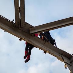 У Дніпрі патрульний за 40 хвилин умовив дівчину злізти з мосту (фото)