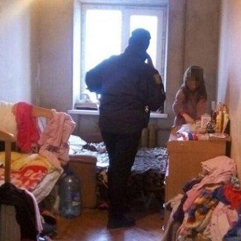 У Харкові п'яні чоловік та жінка кілька днів морили голодом власних онуків: фото