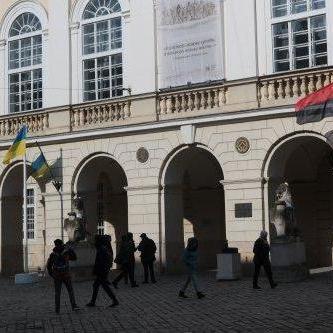 У Львові перед міськрадою уперше вивісили червоно-чорний прапор