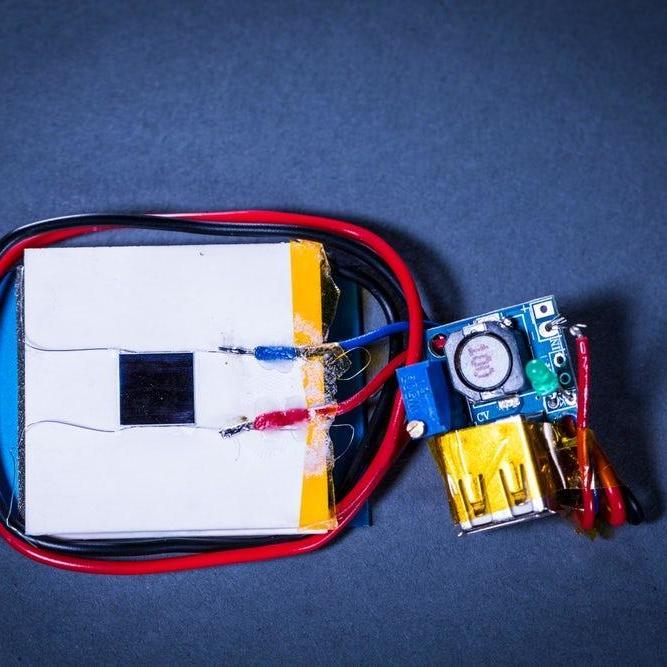 Вчені вперше зарядили смартфон лазером з іншого кінця кімнати