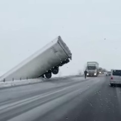 Під Рівним фура зависла над дорогою (відео)