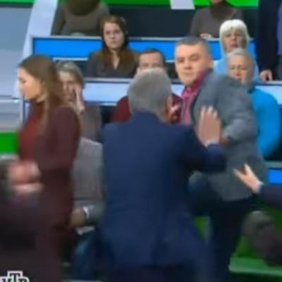 Ведучий РосТБ під час ефіру накинувся з кулаками на українського політолога (відео)