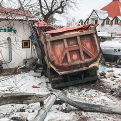 ДТП під Києвом: фура протаранила ресторан (фото, відео)