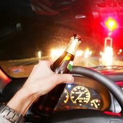 У Києві водій після скоєння ДТП засіяв дорогу грошима (фото)