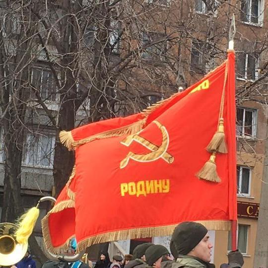 Нацгвардія пройшла на параді в Кривому Розі з червоними прапорами із серпом та молотом (фото)