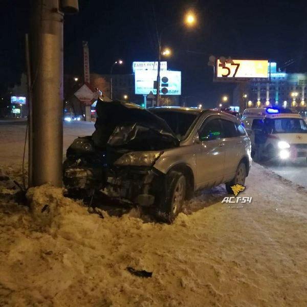 У Росії автомобіль влетів у натовп людей під час салюту, є жертви (фото)