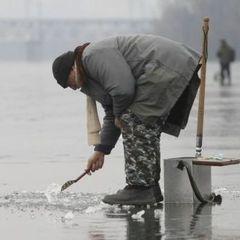 На Полтавщині рятувальники зняли із дрейфуючої криги близько 50 рибалок