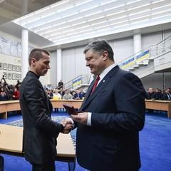 В Дніпрі Порошенко видав нагороди близько сотні солдат і поліцейських
