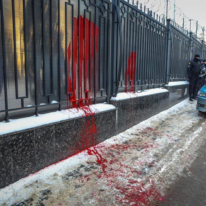 В Одесі консульство РФ облили червоно фарбою та закидали фаєрами (фото, відео)