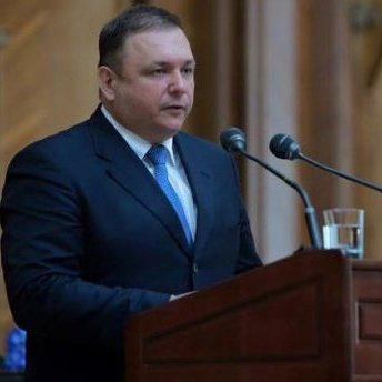 Новопризначений глава Конституційного суду України відмовився від охорони та автомобіля, що обладнаний спеціальними сигнальними звуковими і світловими пристроями.