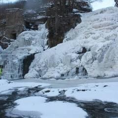 Найбільший в Україні рівнинний водоспад завмер у дивовижних формах (фото, відео)
